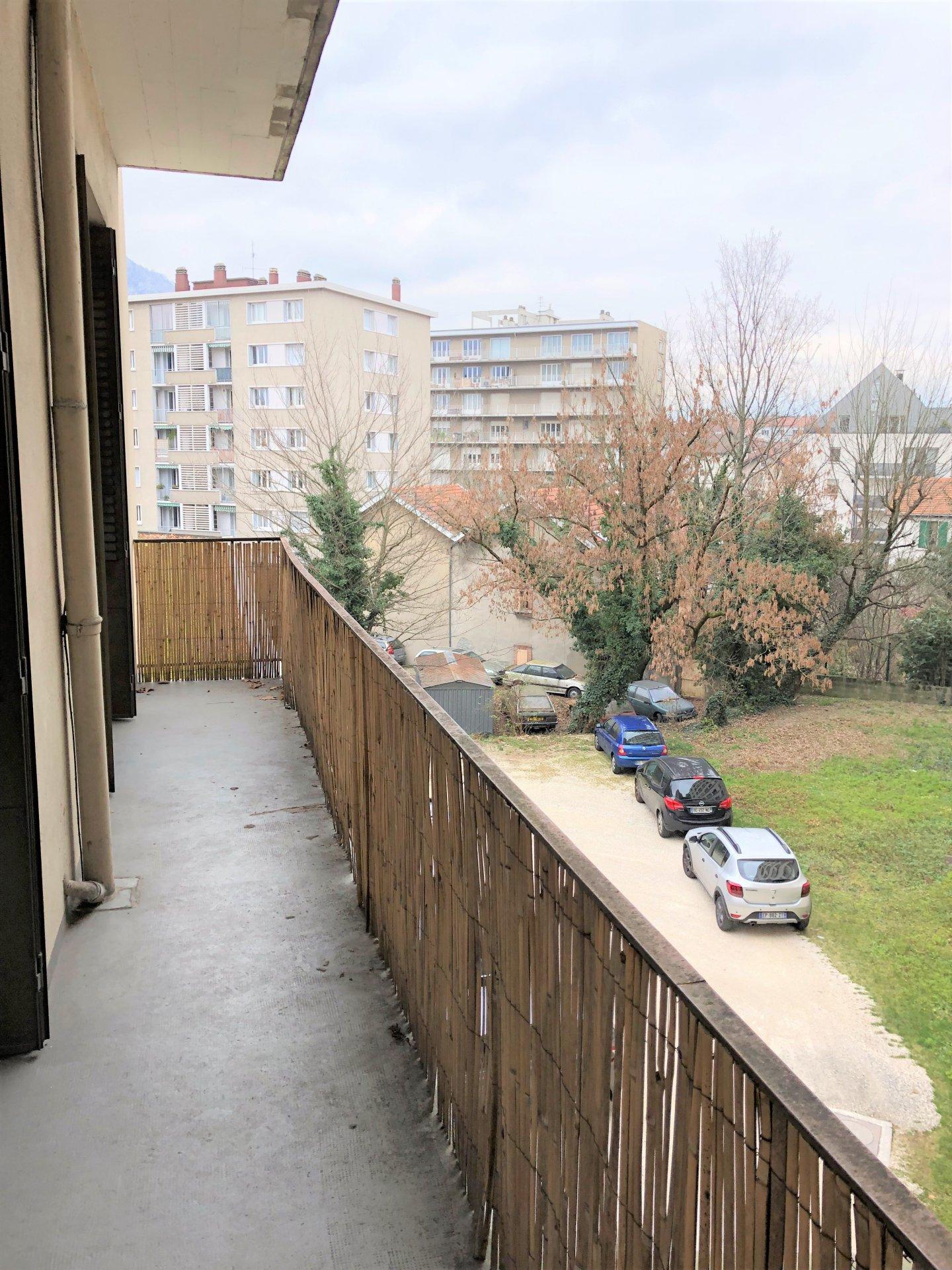 Beau balcon avec accès cuisine et chambre