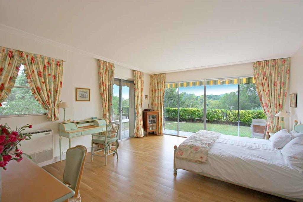 En vente a 15 min. De Cannes : Grande propriete familiale d'env. 600 m2 se composant d'une maison de ...