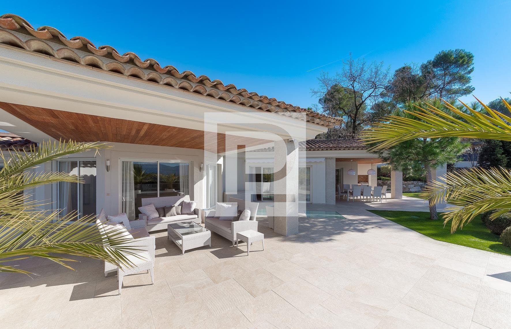 IN A PRESTIGIOUS ESTATE, VILLA 500 M2 COMPLETELY RENOVATED ...