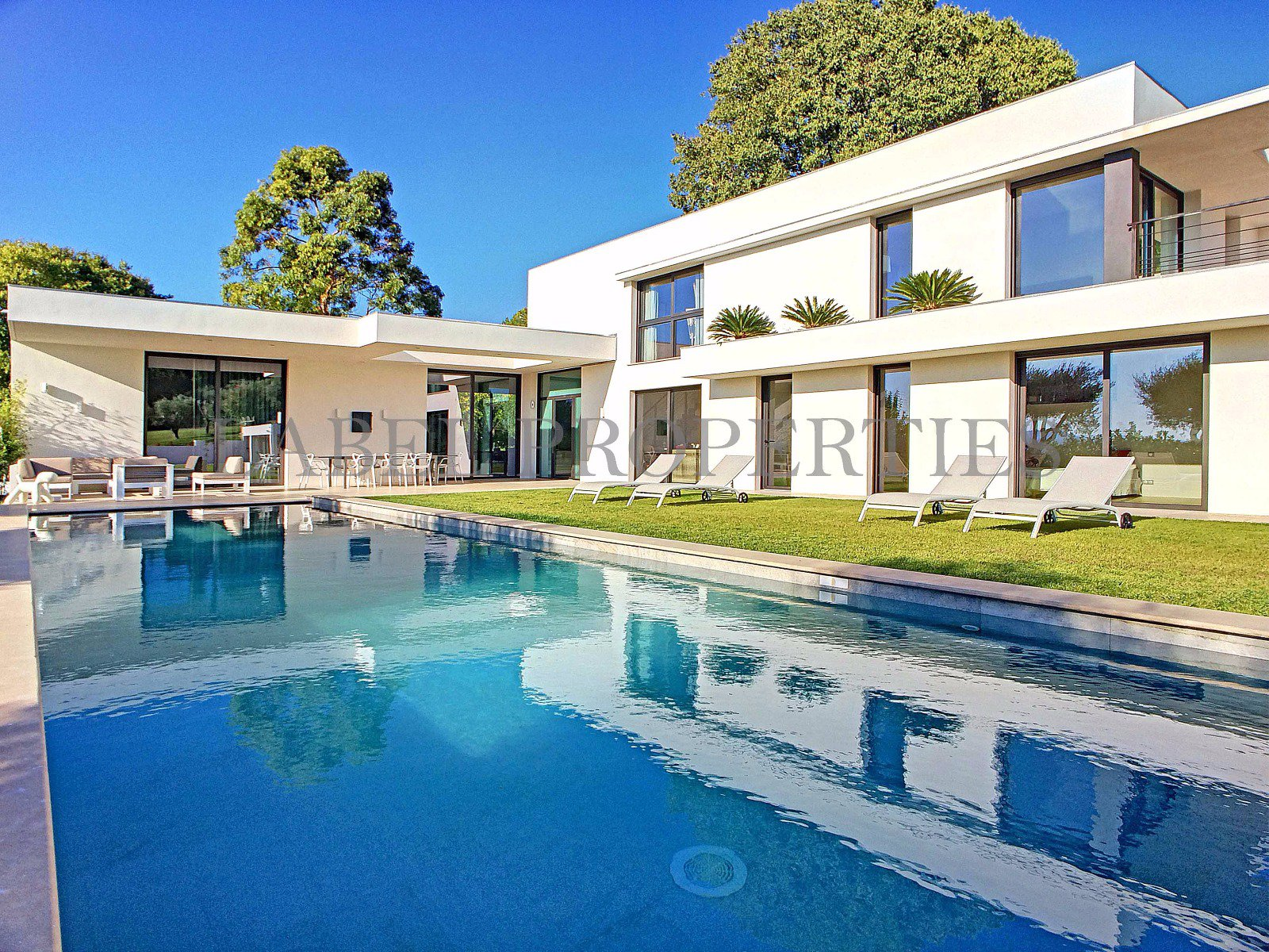 Superbe villa contemporaine aux portes de Cannes