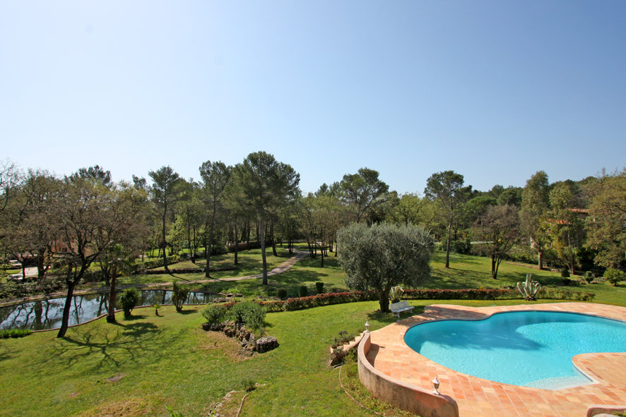 Large property with high potential in Mougins in a park of 12846 m²