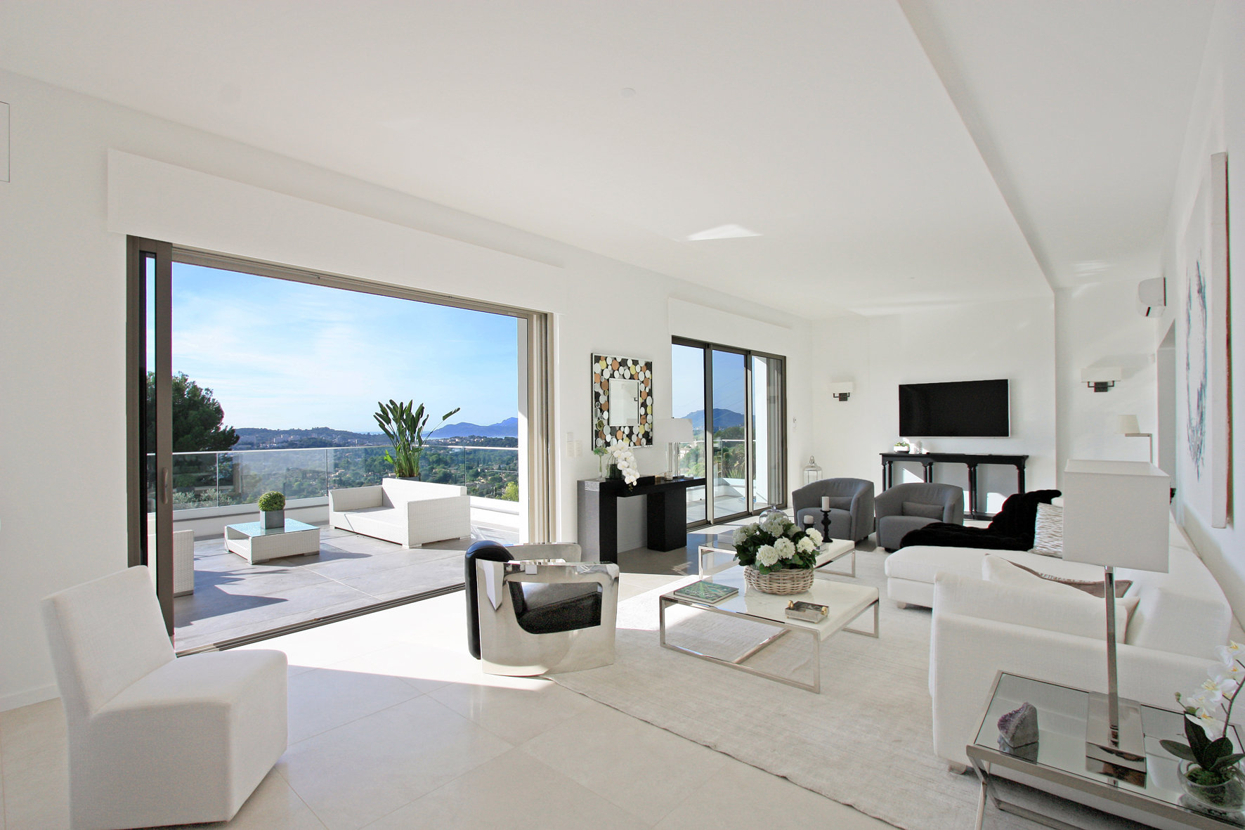 SUPERB CONTEMPORARY WITH SEA VIEW
