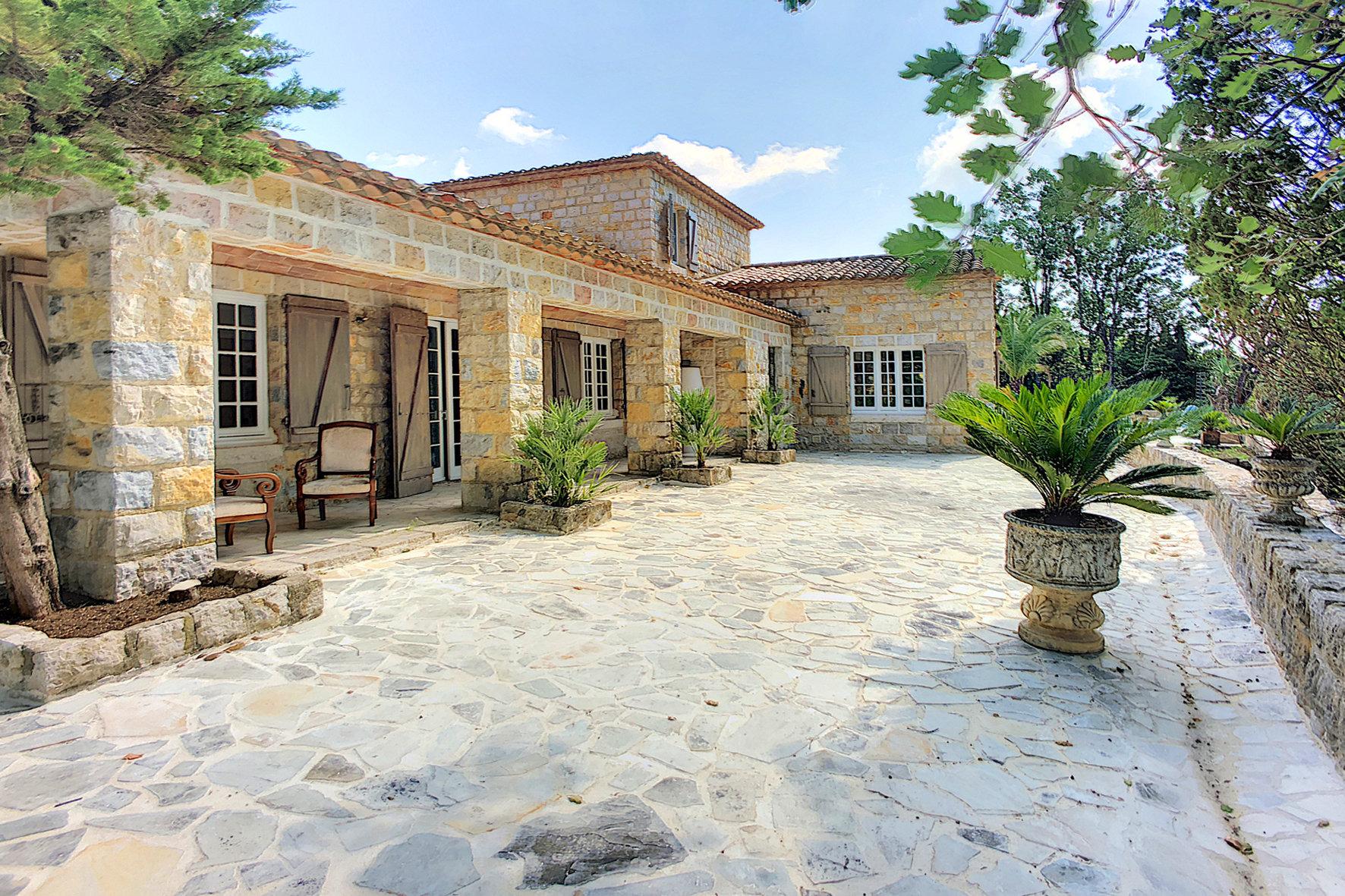 Villa en Pierres proche du village