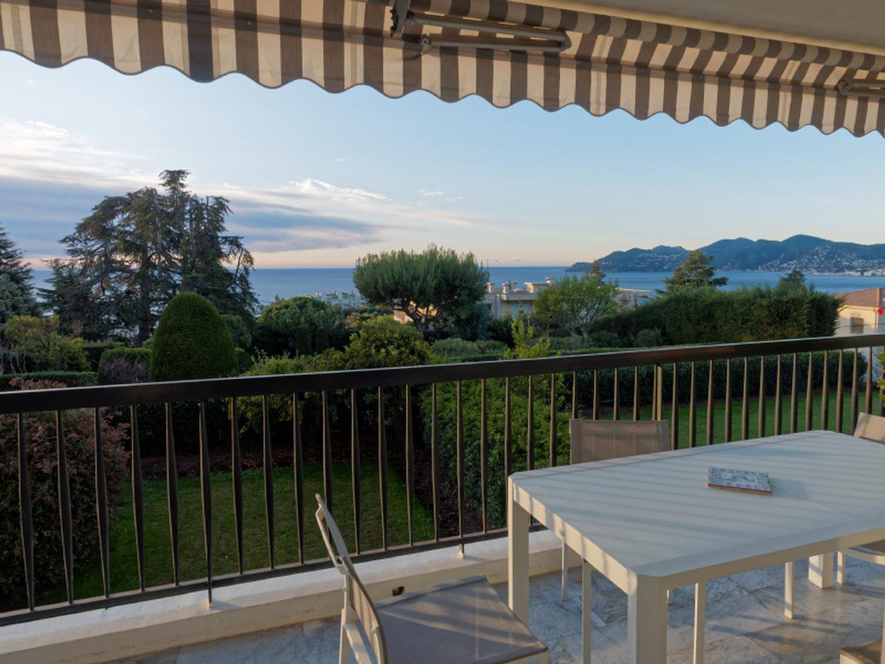 Beautiful flat for sale in Cannes Croix des Gardes with sea view