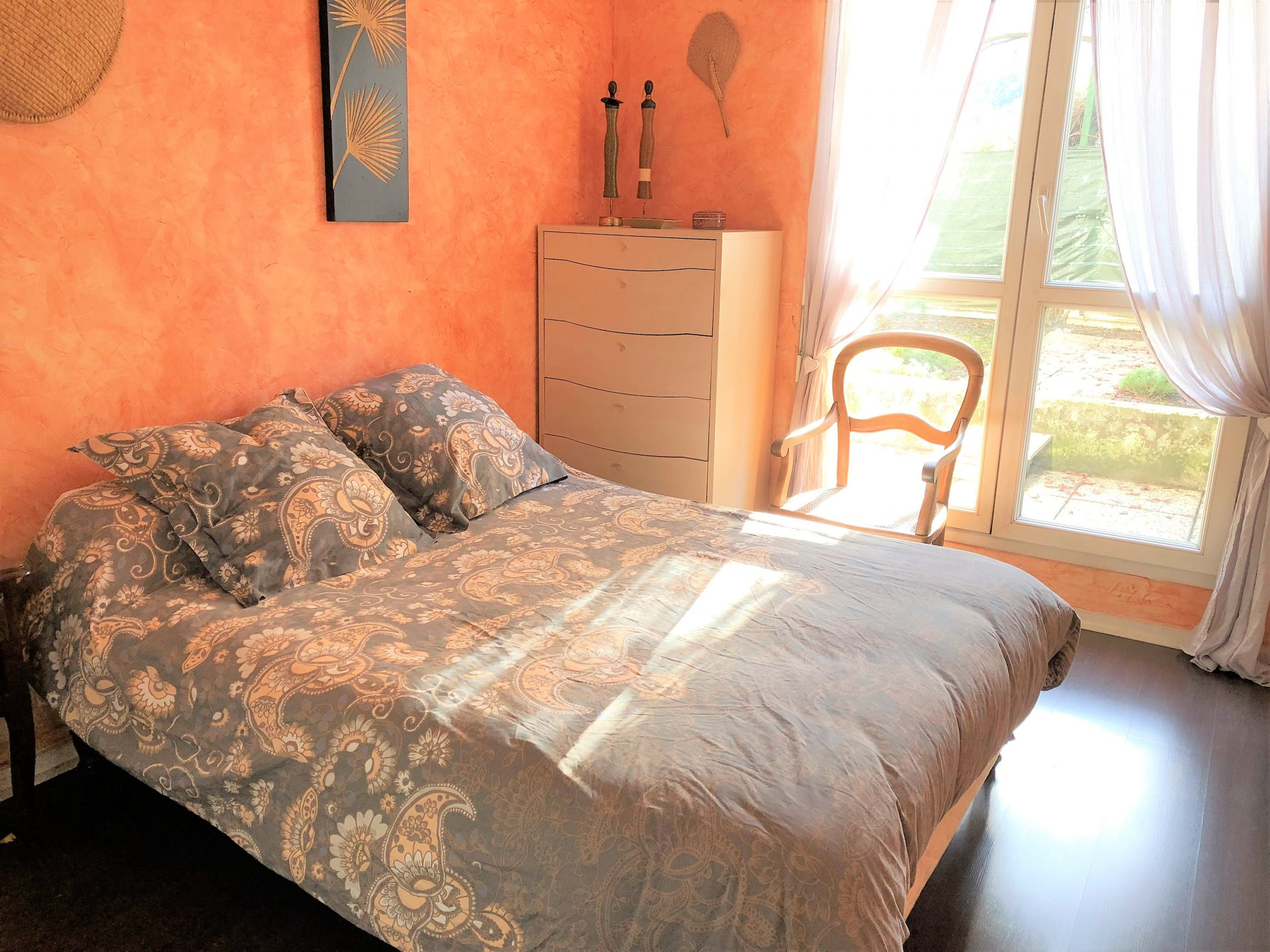 Chambre avec parquet flottant