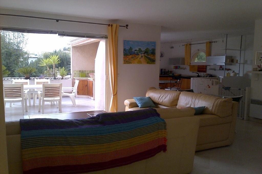 Belle villa patio d'environ 120 m2. Idéal pour les vacances.Entrée sur un joli patio arboré. Salon ...