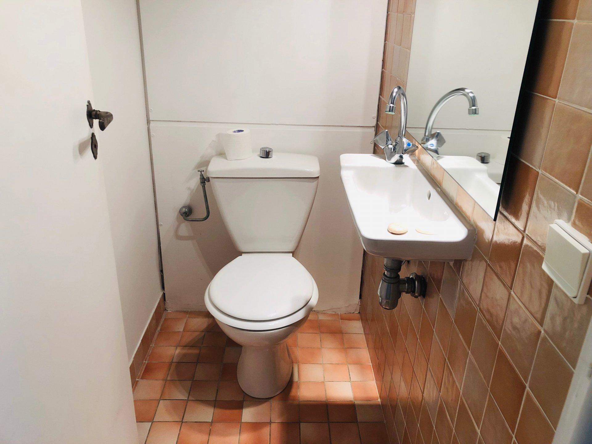 Jolie villa de plain pied comprenant 3 chambres, une salle de douches, ...