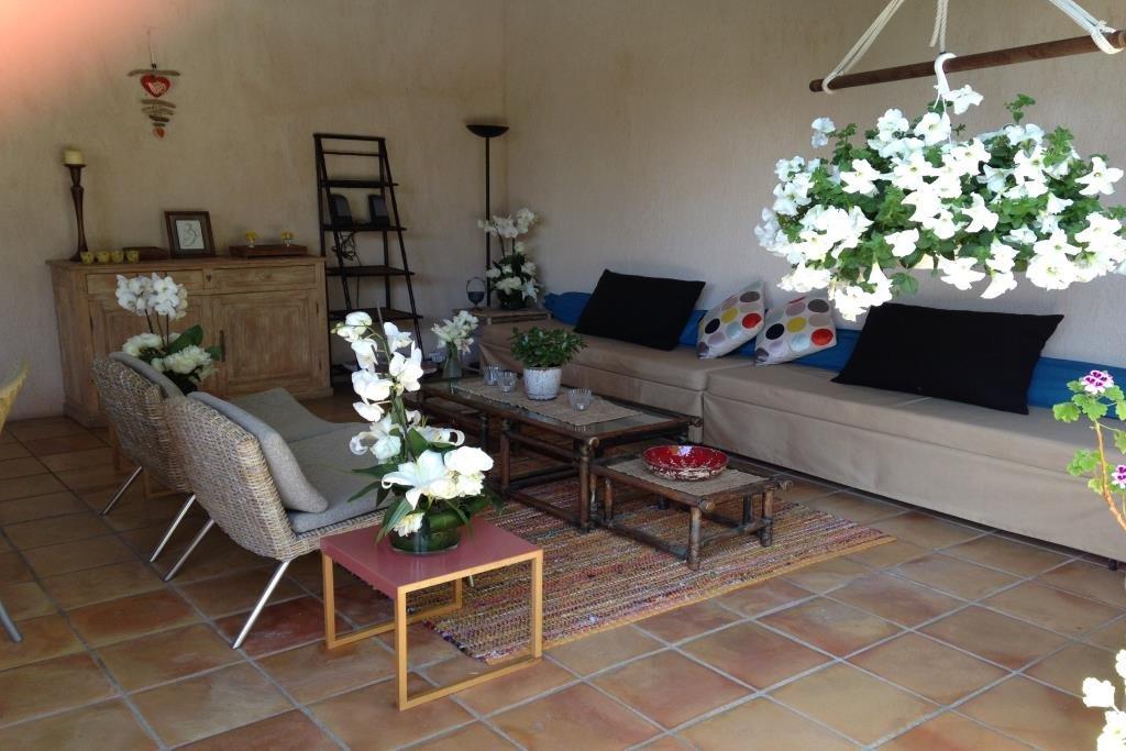 Jolie villa de plain pied avec jardin et piscine.Cuisine indépendante équipée donnat sur terrasse ...
