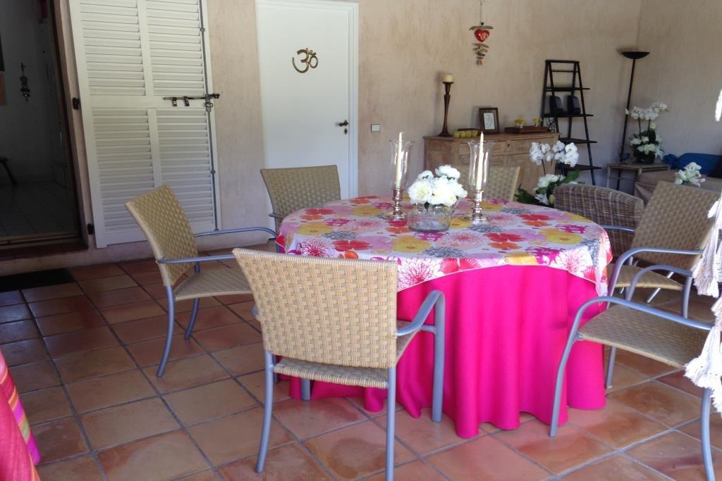 Jolie villa de plain pied avec jardin et piscine. Cuisine indépendante équipée donnat sur terrasse ...