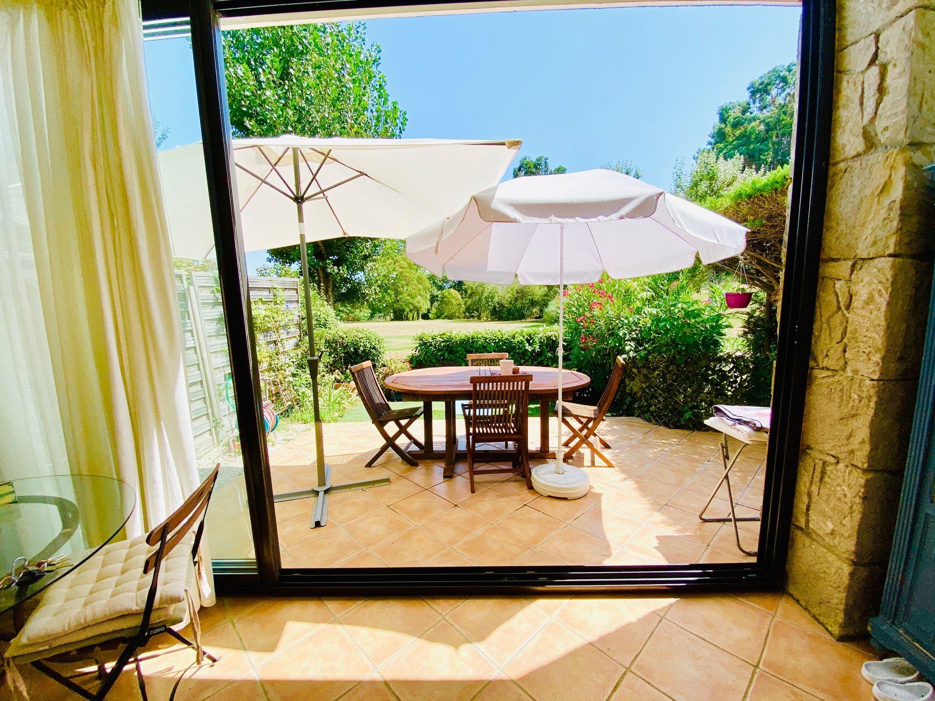 Trés joli 2 pièces en rez de jardin, meublé, à louer à l'année.Au calme total, vue splendide sur la ...