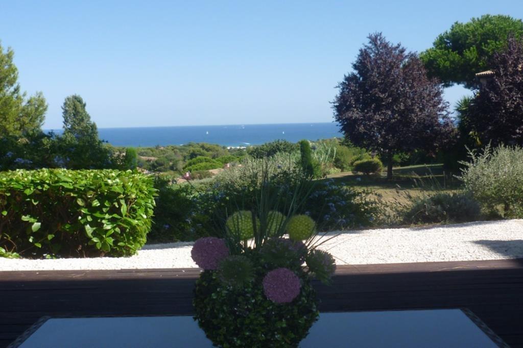 Trés belle vue mer pour ce 3 pièces rénové, traversant en rez de Jardin avec une trés grande terrasse. Hall ..