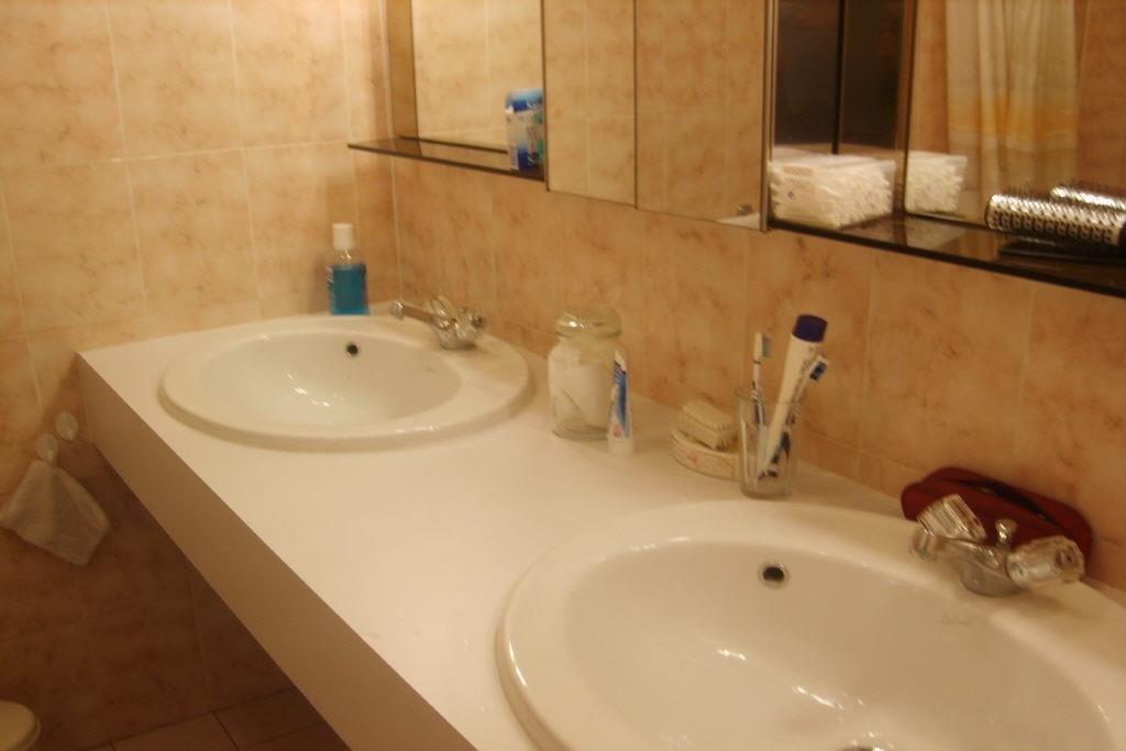 Bel appartement 3 pièces avec vue mer panoramique sur le cap d'Antibes, belles prestations, climatisé.  ...