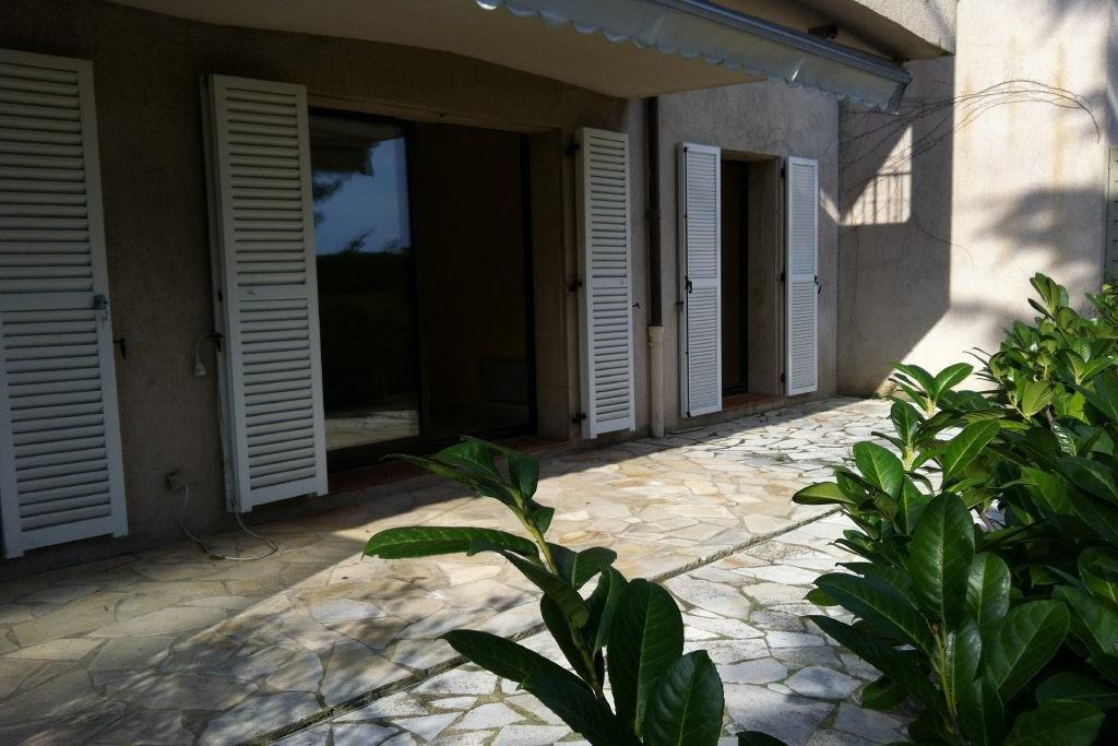 Beau 3 pièces en rez-de-jardin de 80m2 avec un hall d'entrée, une cuisine indépendante avec cellier, ...