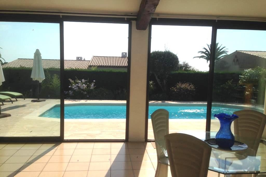 EXCLUSIVITE ! Au calme, jolie villa de plain pied d'environ 150 m2 comprenant un hall d'entrée, cuisine indépendante ...