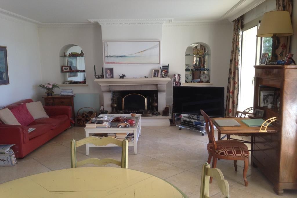 Jolie  villa au calme 135m2. Au rez-de-chaussée : hall d'entrée sur salon /salle à manger, cuisine ...