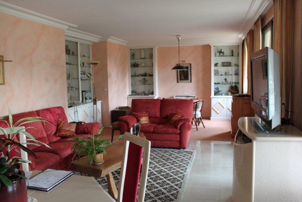 Très beau et grand 3/4 Pièces en 1er et dernier étage et en parfait état dans le prestigieux domaine ...