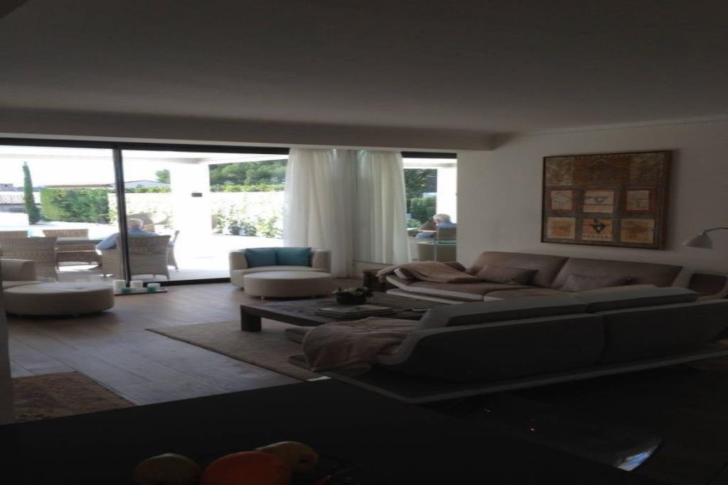 Magnifique villa contemporaine de 4 pièces entièrement rénovée avec prestations de luxe.  Exposée Sud-ouest, .