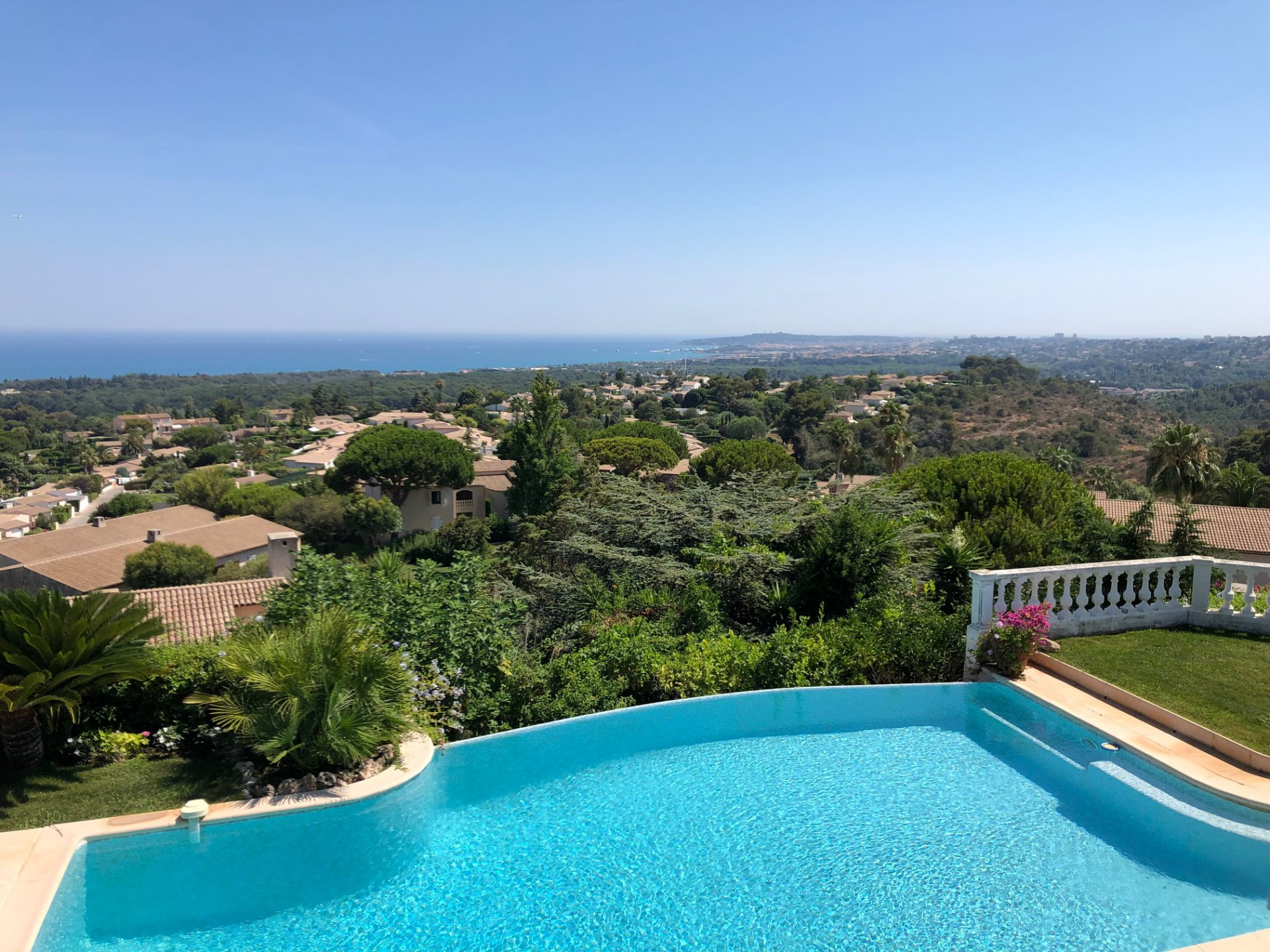 VUE  MER EPOUSTOUFLANTE  pour cette grande villa d'environ 150 m2 sur 2 niveaux, exposition ...