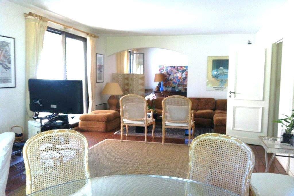 EXCLUSIVITE ! Jolie villa au calme, plein Sud, sur 2 niveaux. Rdc: 1 salon, 1 salle à manger, 1 cuisine ...