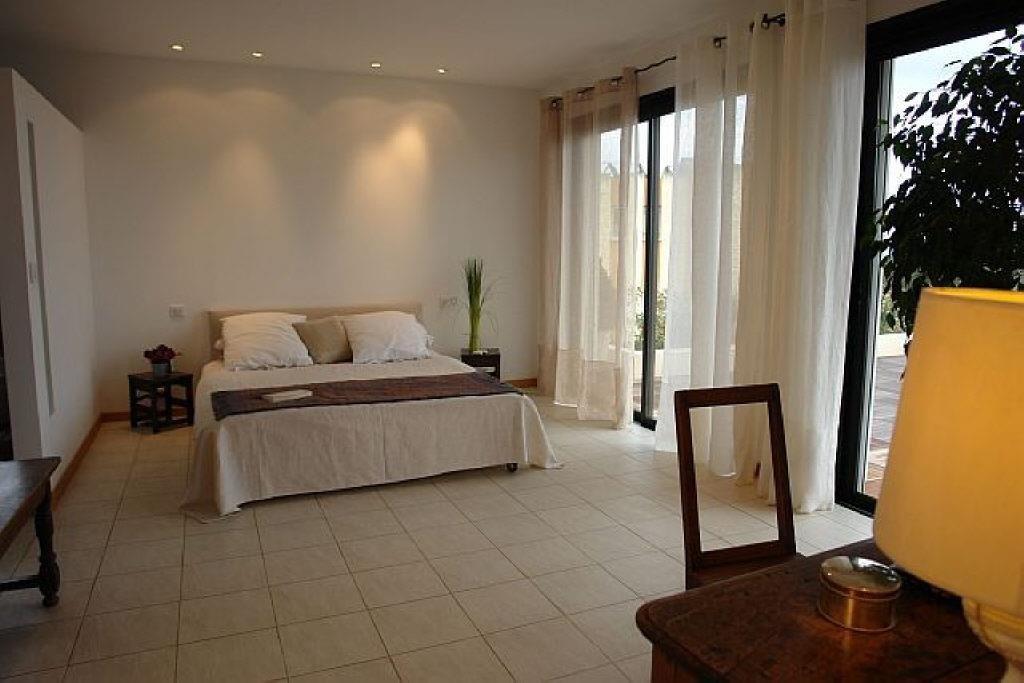 Superbe villa avec vue panoramique sur la mer et le Cap d'Antibes. Située idéalement à côté du ...