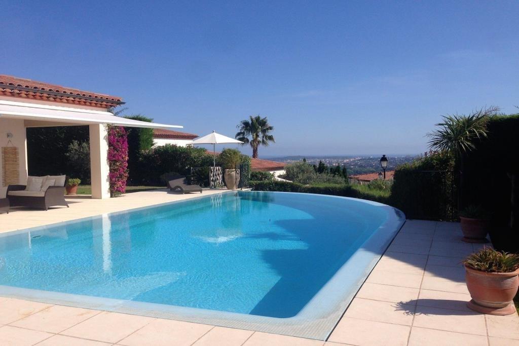 Vue mer Cap d'Antibes pour cette villa individuelle Sud-Ouest 197m2 habitables  sur 3 niveaux avec piscine à d