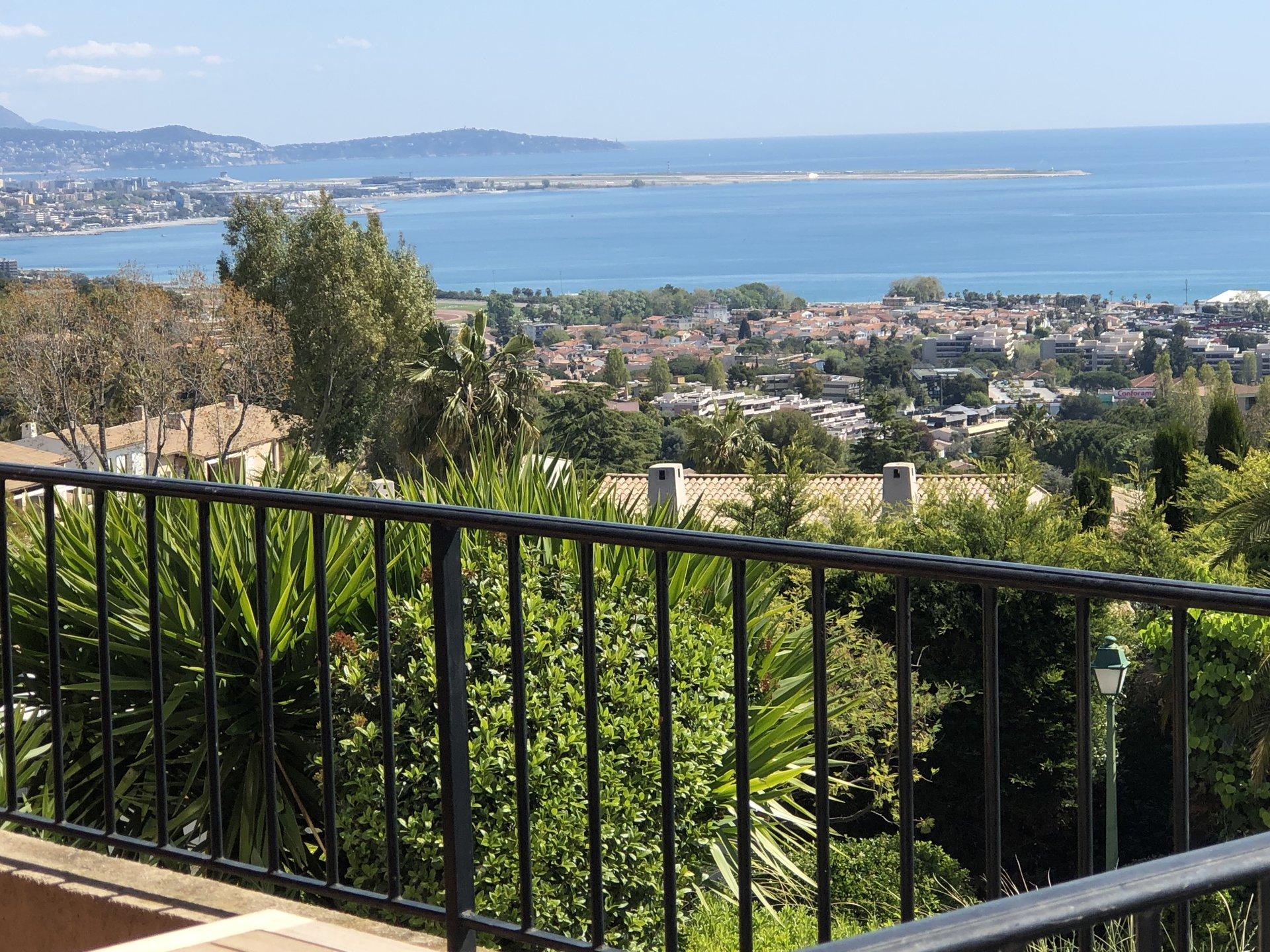 EXCLUSIVITE ! Magnifique vue mer pour ce 4Pièces avec salon et cuisine équipée côté grande terrasse. ...