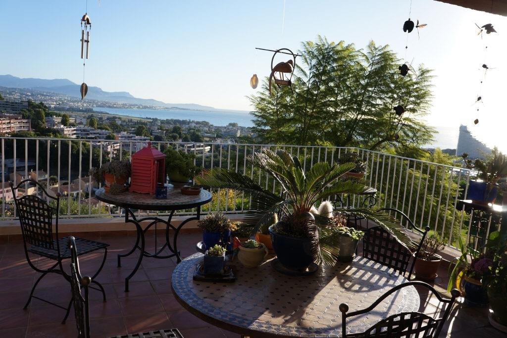 A saisir ! Trés belle vue mer et montagne pour cet appartement d'environ 110 m2 avec terrasse de 30 m2.Entrée ...