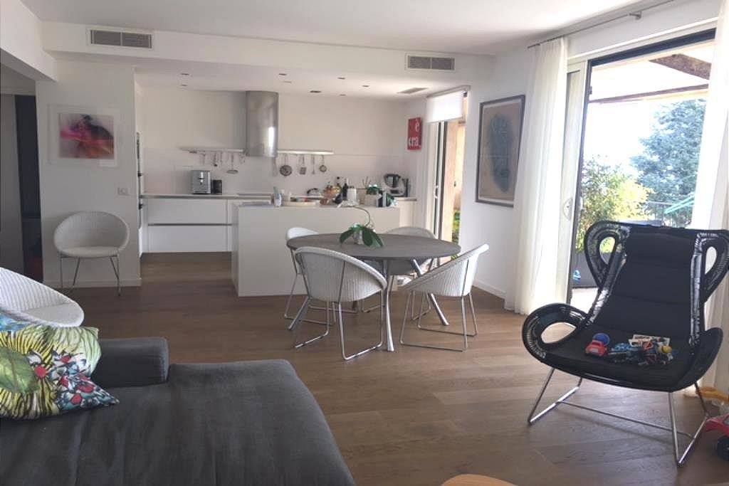Bel appartement 4 pièces situé en position dominante avec vue sur la mer et le parc, au calme, entièrement ...