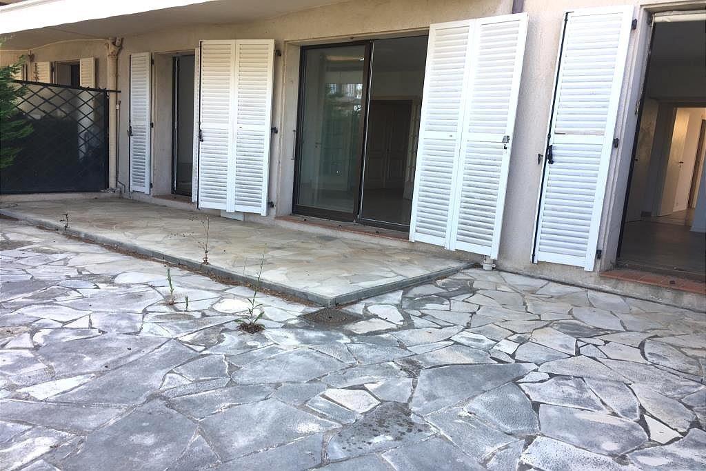 Rez-de-jardin d'angle 80m2 avec grande terrasse,  au calme, 1 hall d'entrée avec placard, 1 cuisine ...