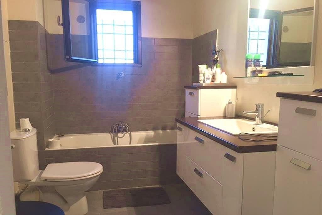 Beau 4p contemporain  design de 104m2 entièrement rénové, climatisé. hall d'entrée sur séjour : salon ...