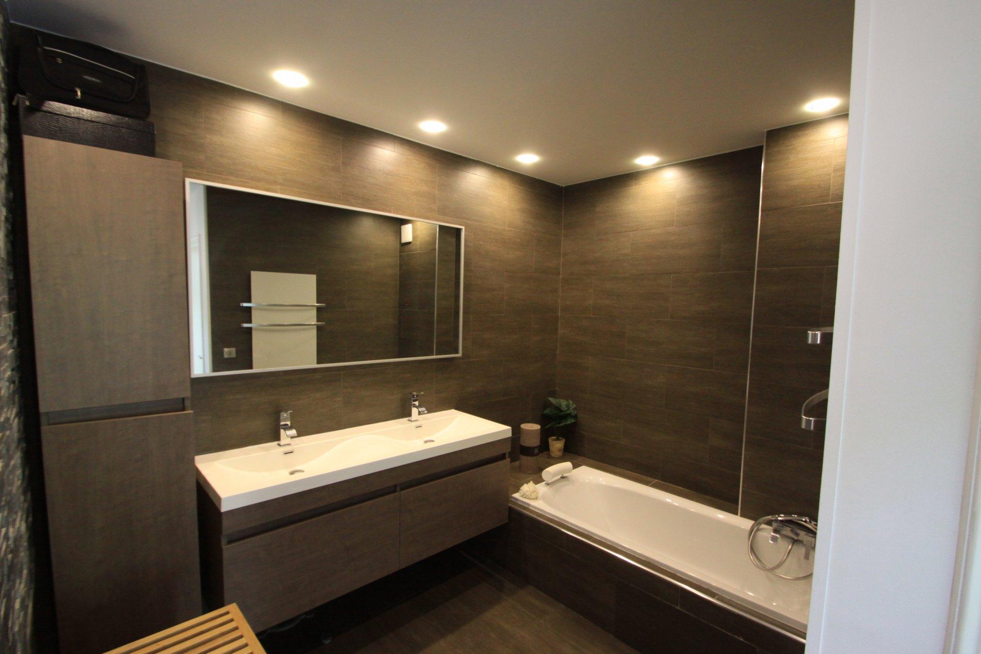 Très belle rénovation pour ce 3 pièces d'environ 81m²,en premier et dernier étage, cuisine américaine, ...