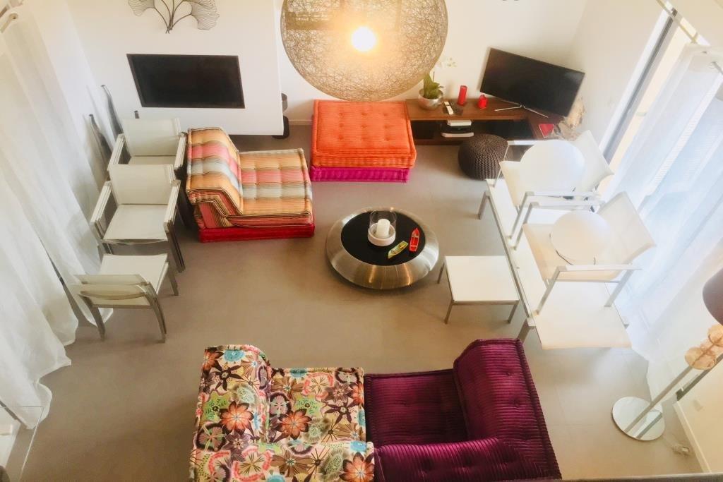 Magnifique villa-patio, entièrement rénovée, plein Sud, au calme. RDC : 1 patio d'entrée sur cuisine ...