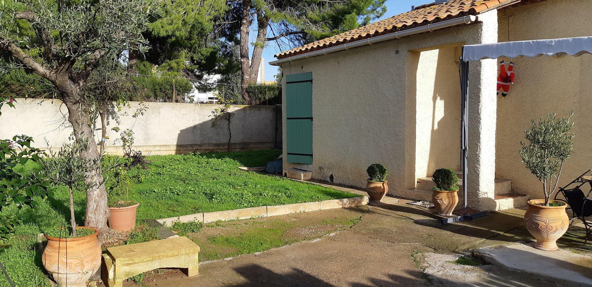 En-plans villa med trädgård