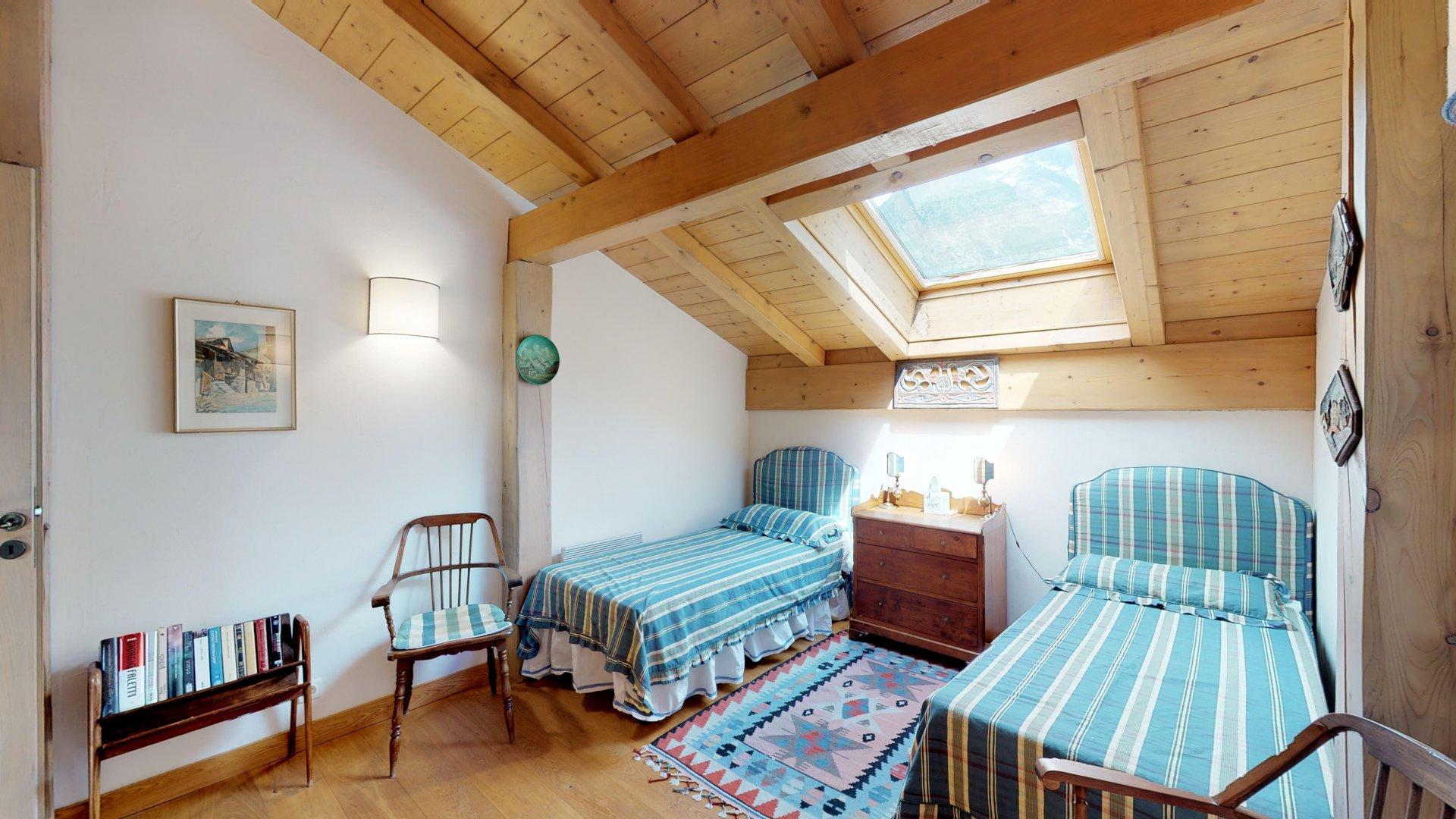 Bella camera mansardata con due letti singoli