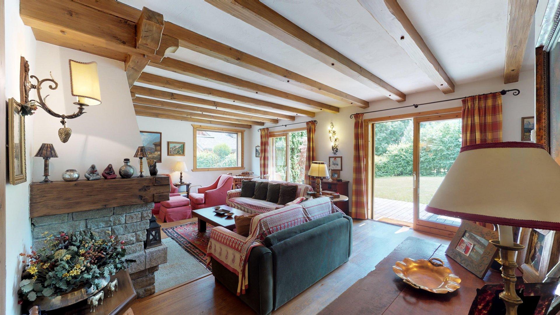 ampio e luminoso soggiorno con accesso diretto alla terrazza