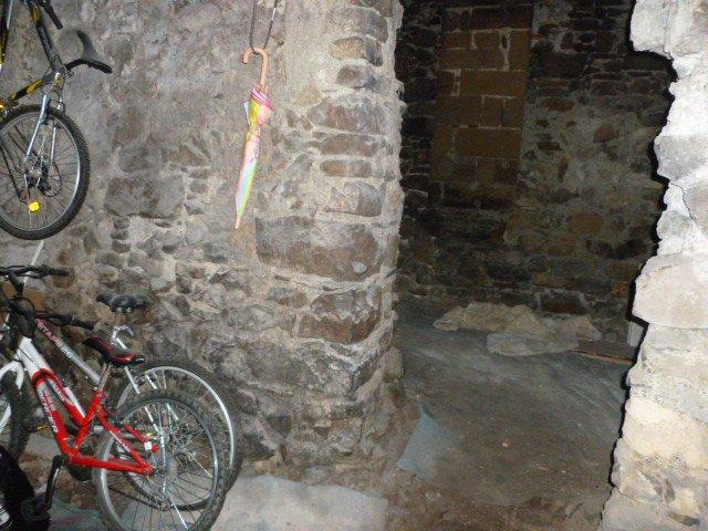 LUCERAM: Double cave, accès de plain pied.