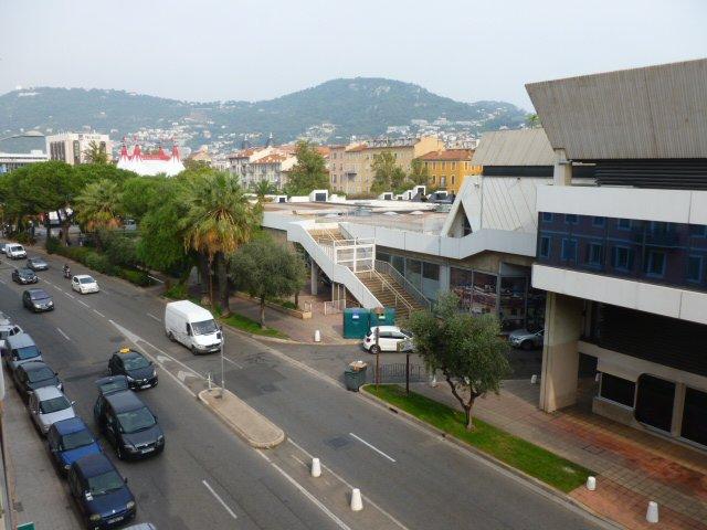 NICE : PALAIS DES EXPOSITIONS :  Idéalement situé ...