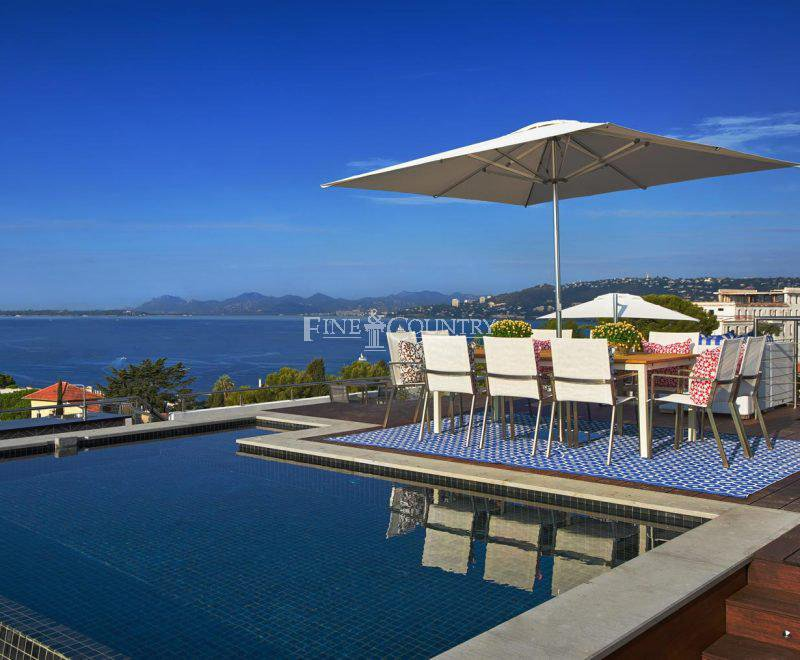 Penthouse duplex for sale Cap d'Antibes with roof terrace and private pool