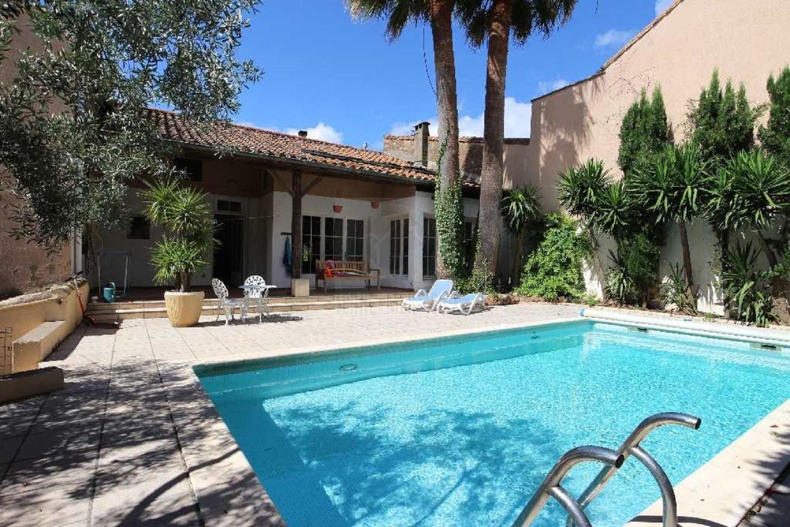 Maison bourgeoise avec piscine et jardin