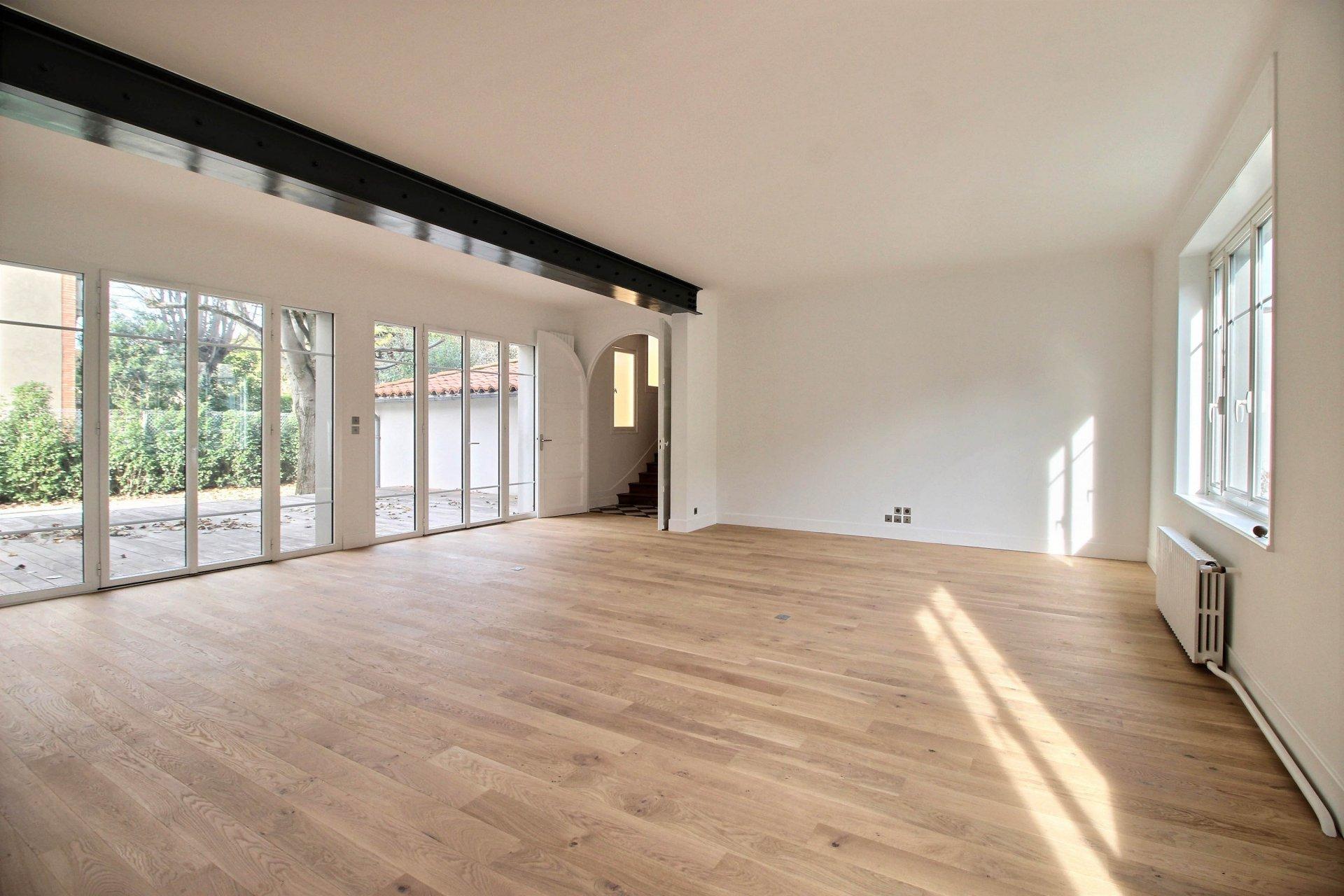 Busca, Maison de 330 m² avec jardin et piscine.
