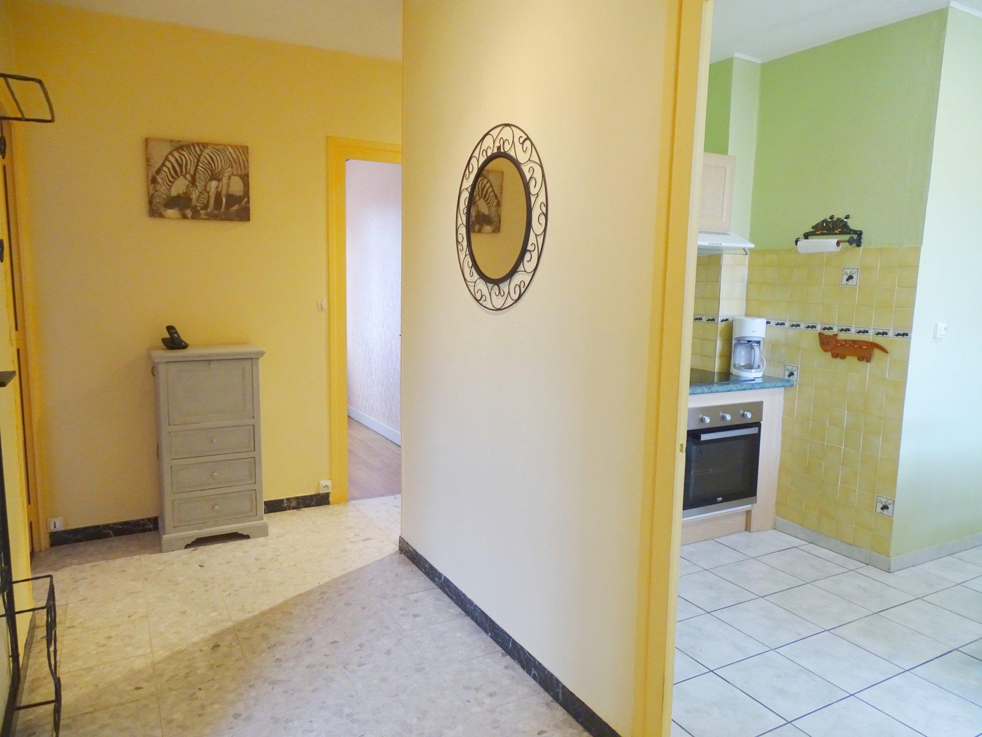 SOUS COMPROMIS DE VENTE A quelques pas du centre de Charnay lès Mâcon, venez découvrir cette maison des années 50 qui vous séduira par son potentiel et ses beaux volumes. D'une surface de 90 m² habitable, elle se compose d'un spacieux séjour, un espace salon, une cuisine indépendante équipée, deux chambres ainsi qu'un bureau, une salle de bains et un toilette. Au rez-de-chaussée, vous trouverez un garage ainsi que deux espaces chaufferie. Le tout est implanté sur un terrain clos de 500 m². Maison lumineuse et disposant de nombreux rangements. Honoraires à la charge du vendeur.