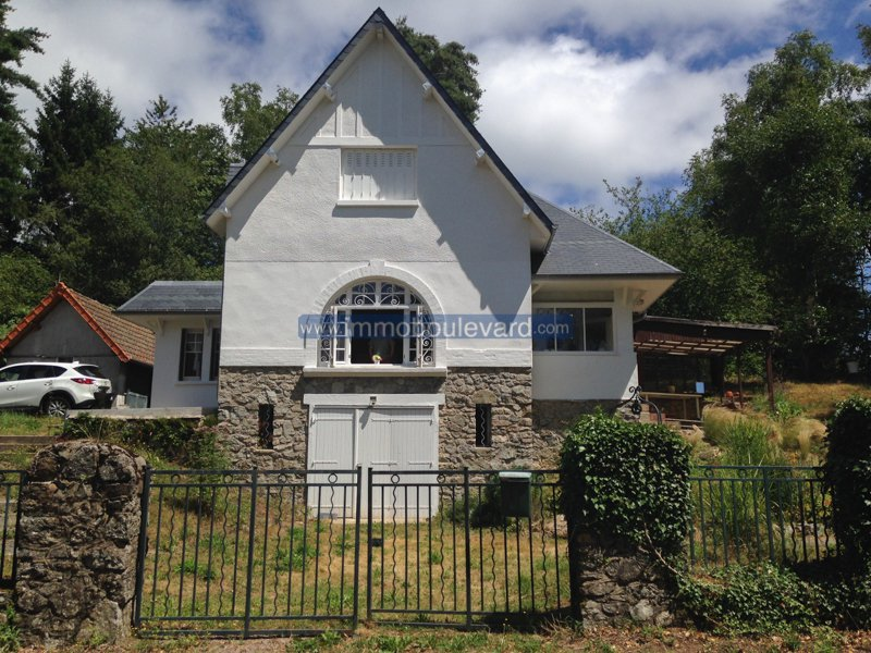 ONDER BOD Exclusief: Zeer mooi huis met nieuw dak bij het Lac des Settons, met uitzicht over het meer.