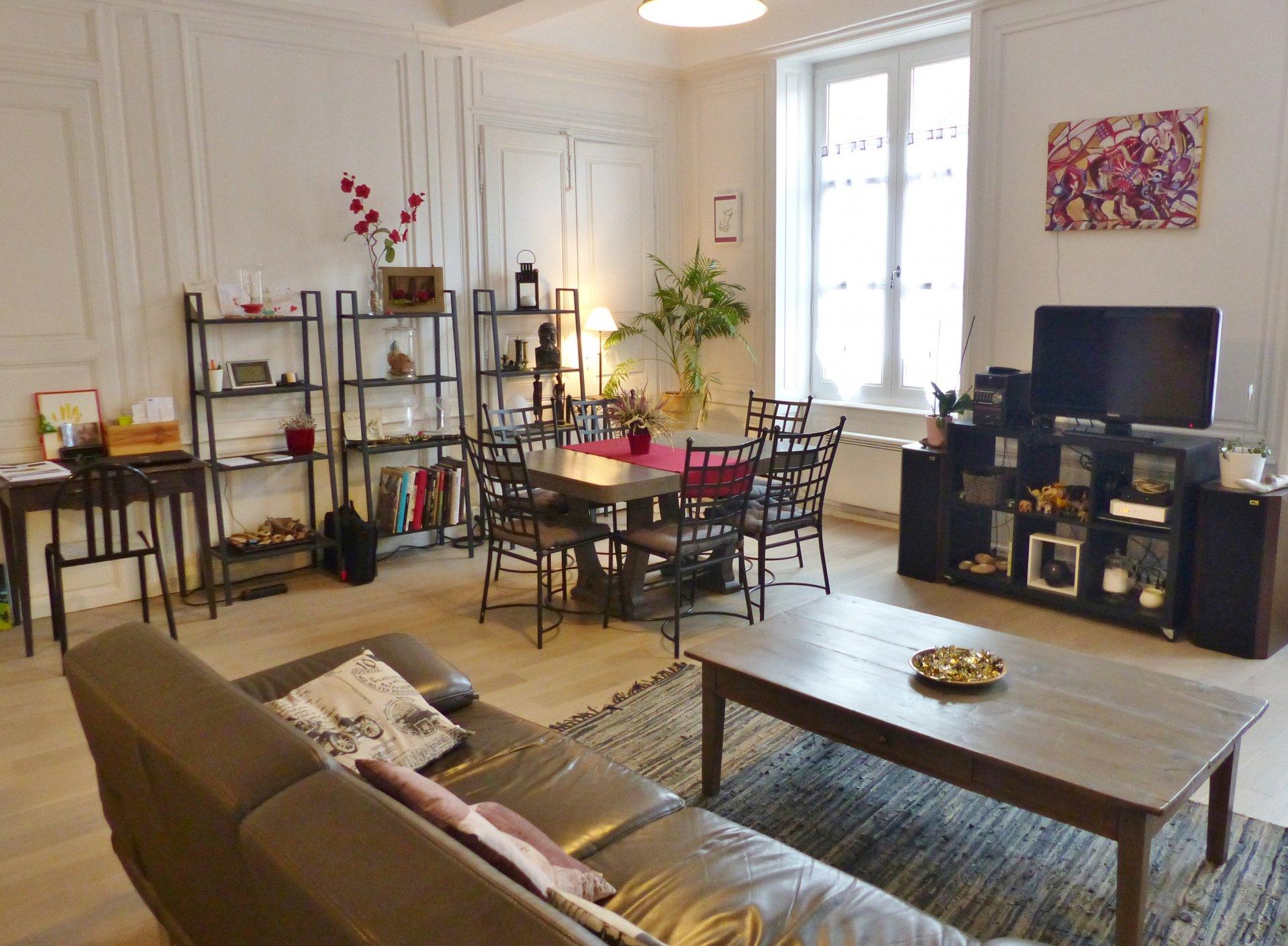 Ne manquant pas de charme cet appartement de 117 m² environ offre un très beau séjour de plus de 30 m² avec une belle hauteur sous plafond, des boiserie et cette agréable cheminée. Cette pièce est ouverte sur une cuisine très récente et parfaitement aménagée. Un couloir vous mènera ensuite à l'espace nuit composé de 2 chambres (12 et 14 m²), un dressing, un bureau et une buanderie. Bien soumis au régime de la copropriété : 6 lots. Charges courantes annuelles de 800 ?. Taxe foncière de seulement 600 ?. Honoraires à la charge des vendeurs.