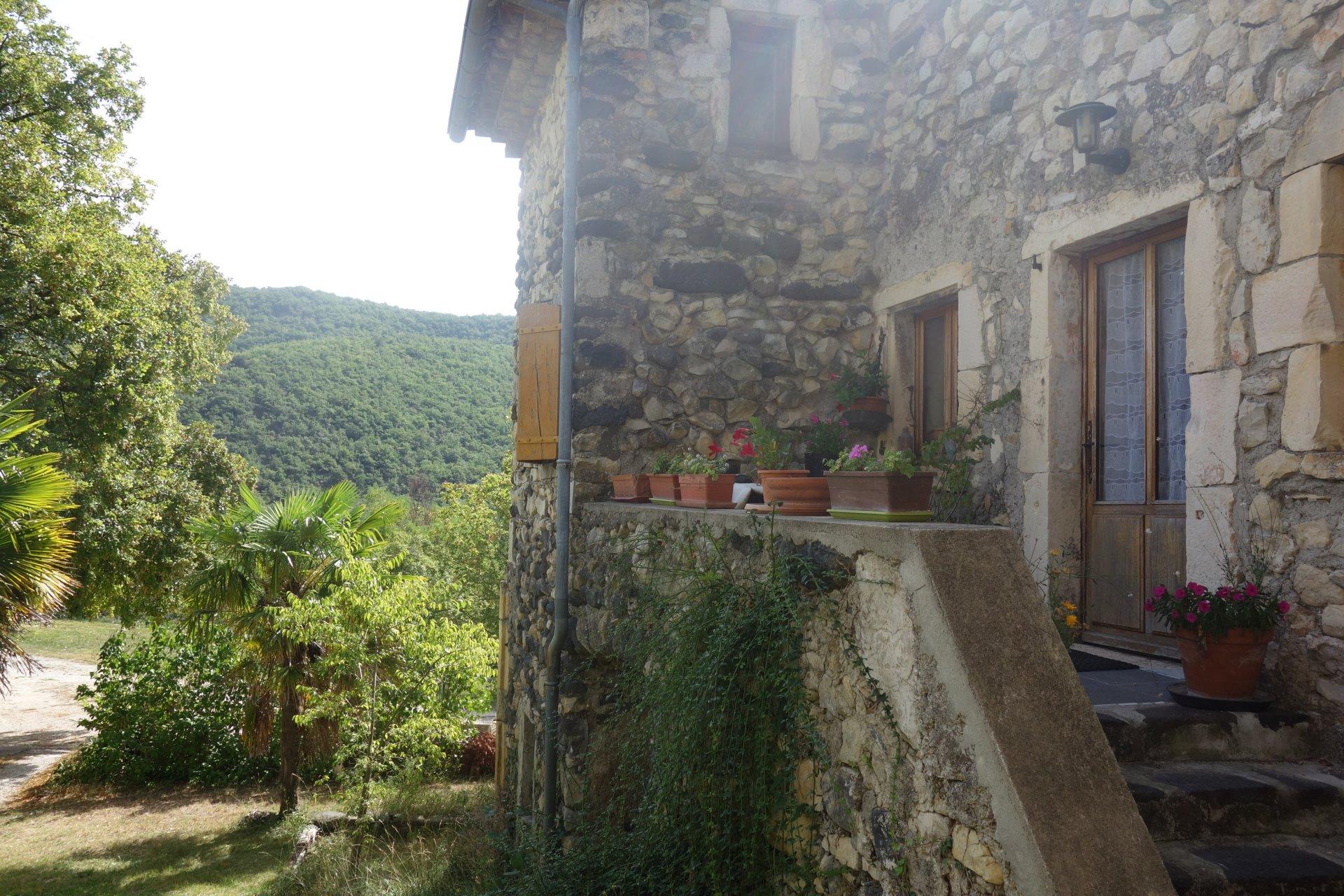Maison en pierre avec vue dominante