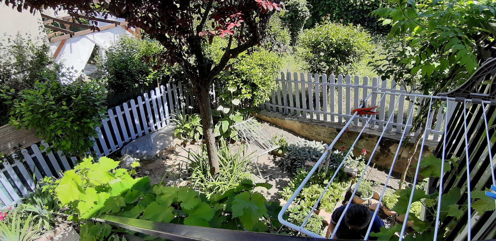 Maison en pierre avec jardinet