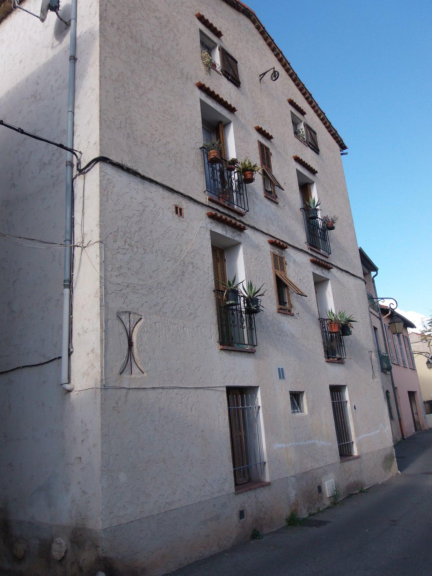 RARE! Maison de village divisé en 3 appartements
