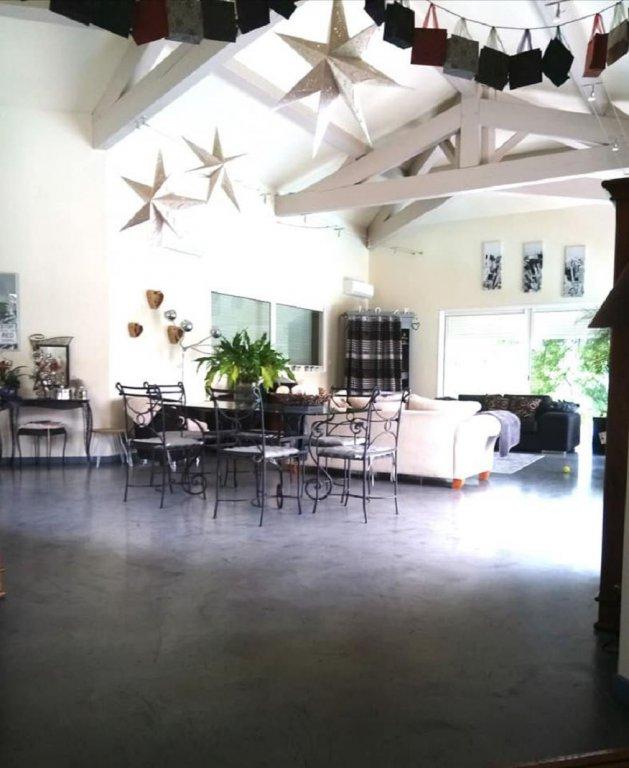 Rymlig villa med pool och en fin trädgård