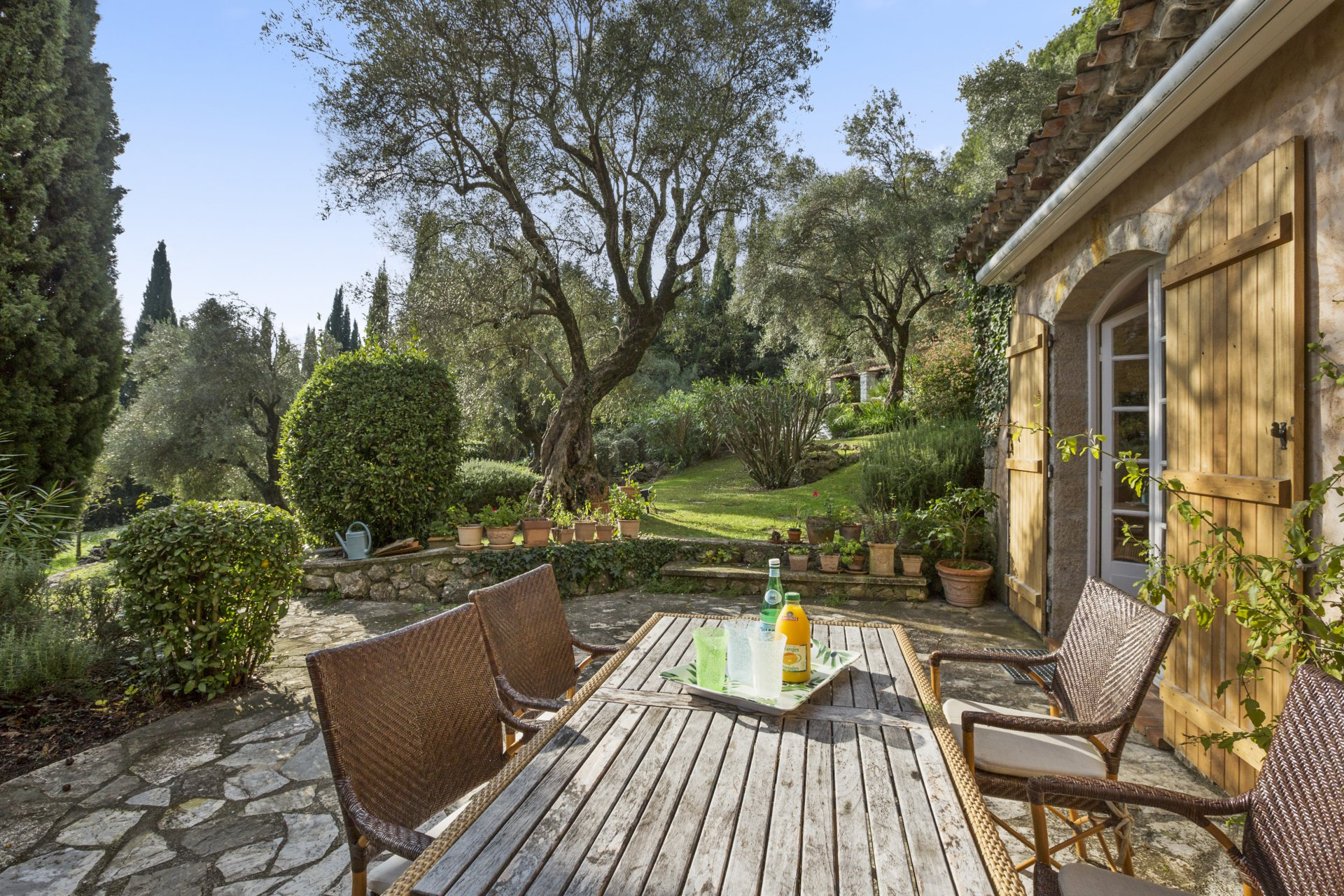 Charming and well-proportioned Provençal property with immaculate grounds and sea view.