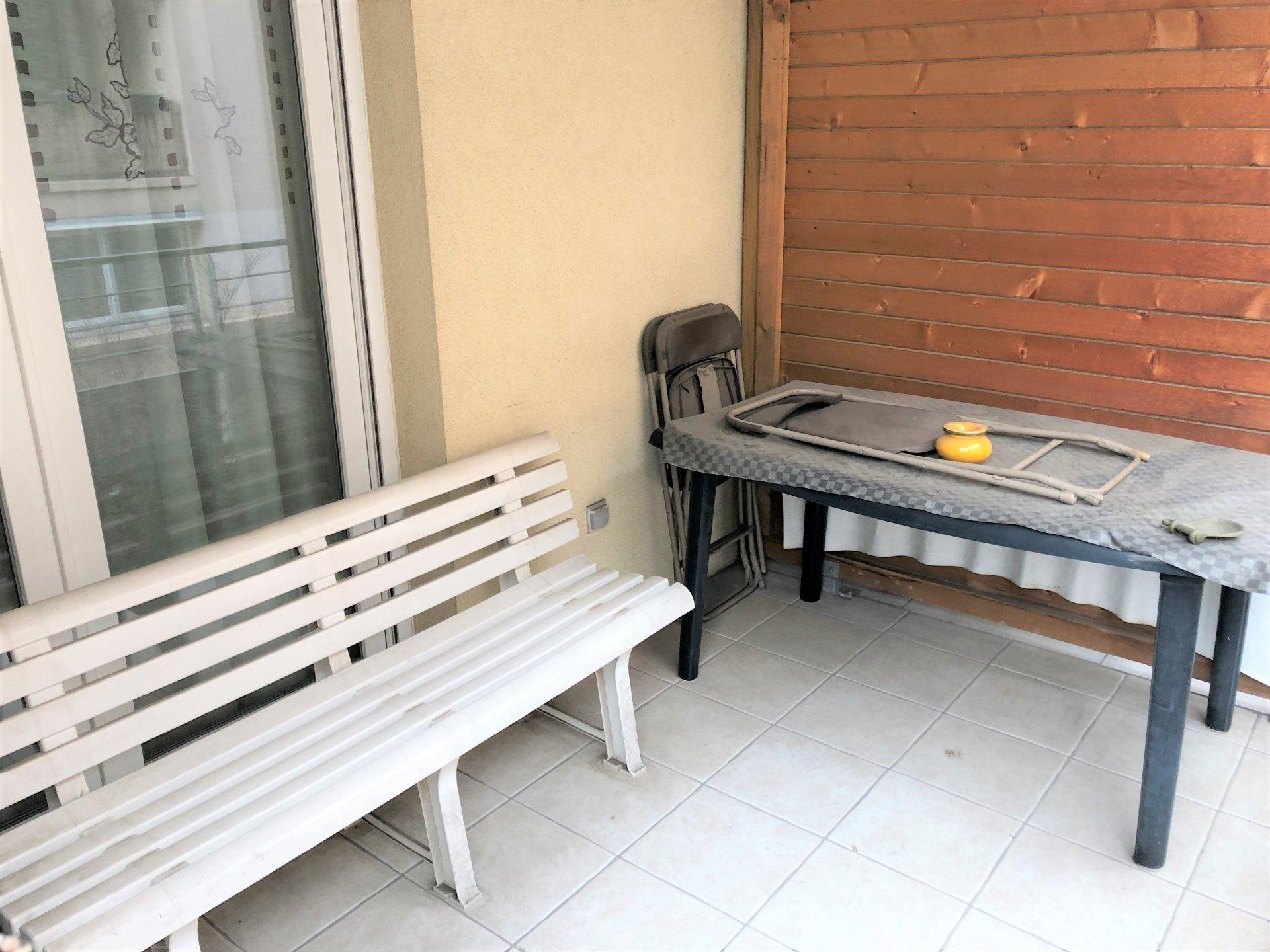 Terrasse avec accès salon et cuisine