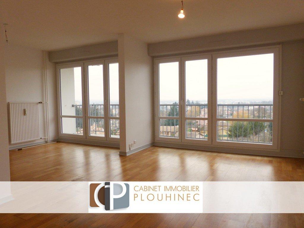 A 10 mn à pied du centre ville de Mâcon, dans un immeuble au calme, bel appartement en parfait état de 93 m². Il se compose d'une entrée desservant un séjour exposé plein sud et ouvert sur un grand balcon, d' une cuisine aménagée ainsi que de trois belle chambres et d'une salle d'eau. Grandes ouvertures dans chaque pièce, permettant d'apprécier une vue panoramique sur les toits de Mâcon.  Il dispose aussi d'une grande cave et d'un garage.  Copropriété avec ascenseur, très bien entretenue !  A visiter pour sa situation (à pied de toutes les commodités), sa luminosité et sa vue splendide ! Bien soumi au régime de la copropriété - 28 lots principaux. Charges de 2600 ?/an comprenant le chauffage, l'entretien des espaces verts, parties communes.. Honoraires à charge vendeurs
